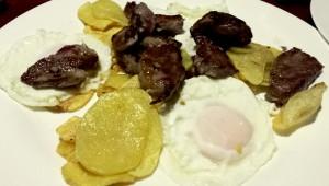 huevos con solomillo y patatas de aldea